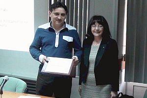 Д-р Гергана Жулева връчва наградата на Йордан Георгиев, координаторът на ПДИ за област Силистра
