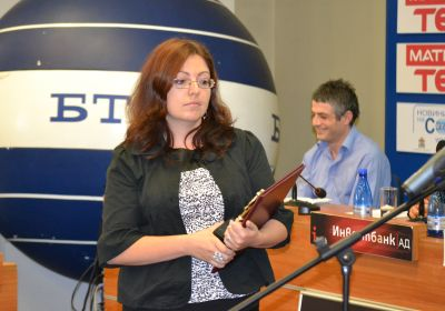 Доротея Дачкова с наградата за в. Сега